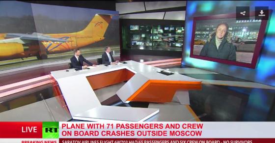 11일(현지시간) 추락한 러시아 사라토프 항공사 소속 여객기 소식을 전하는 러시아 매체 RT(러시아투데이) 방송 화면 갈무리.