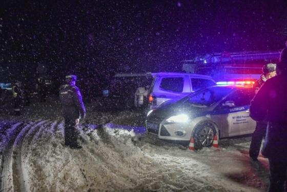 11일(현지시간) 추락한 사라토프 항공 소속 여객기 잔해를 수색 중인 러시아 경찰. /AFPBBNews=뉴스1