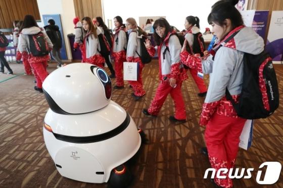 2018 평창동계올림픽 개막을 1주일 앞둔 지난 2일 강원도 평창 메인프레스센터(MPC)에서 자원봉사자들이 청소로봇을 보고 신기해 하고 있다. /사진=뉴스1