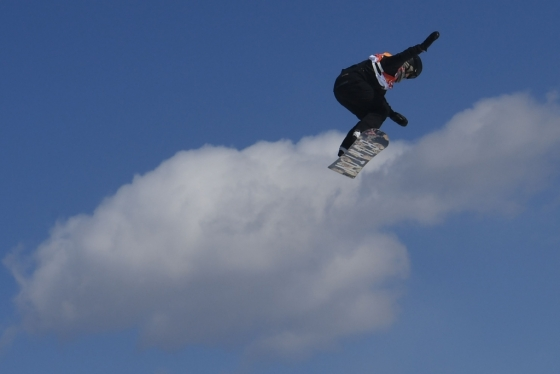 12일 한 선수가 휘닉스파크에서 열린 평창 동계올림픽 대회 여자 스노보드 결선 경기를 하고 있다. /AFPBBNews=뉴스1