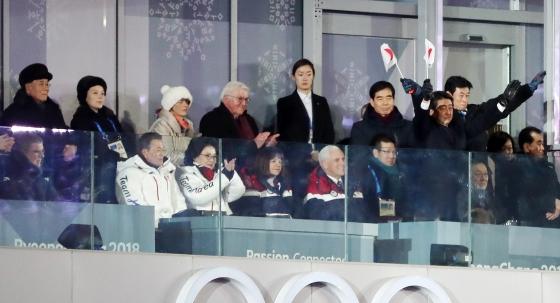 9일 강원도 평창올림픽스타디움에서 열린 평창동계올림픽 개막식에서 아베 신조 일본 총리가(오른쪽 깃발 들고 선 사람) 자리에서 일어나 일장기를 흔들며 자국 선수단을 환영하고 있다. /사진=뉴스1