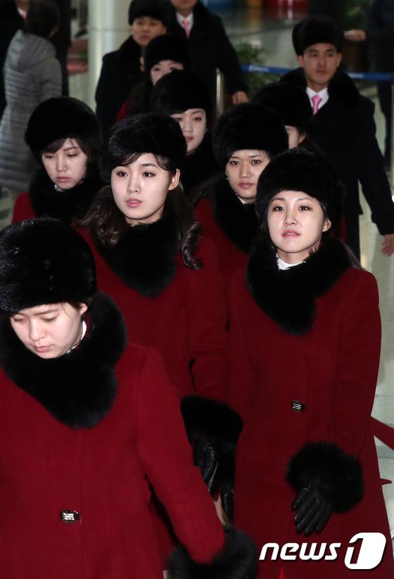 [사진]북한 예술단 '남북출입사무소 통해 北으로'