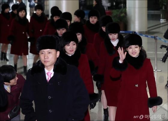 [사진]손 흔드는 북한 예술단