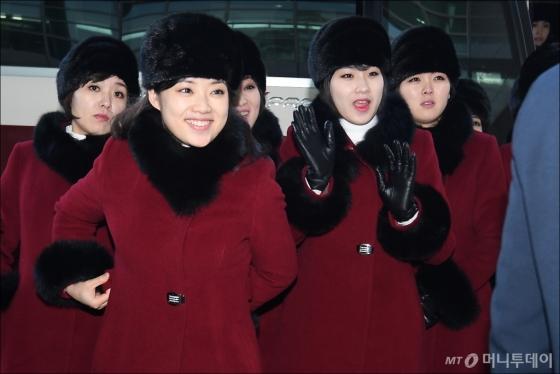 [사진]환한 미소로 인사하는 북한 예술단