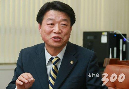 지난 10월 새로 임명된 허용범 국회도서관장을 7일 국회도서관장실에서 만났다./사진=이동훈 기자