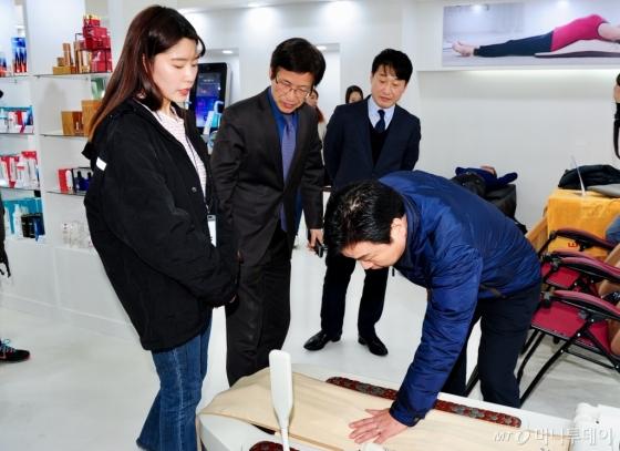 홍종학 중소벤처기업부 장관(오른쪽)이 지난 9일 평창 동계올림픽 중소기업 상품관 입점기업 제품 설명을 청취하고 있다./사진제공=중소벤처기업부