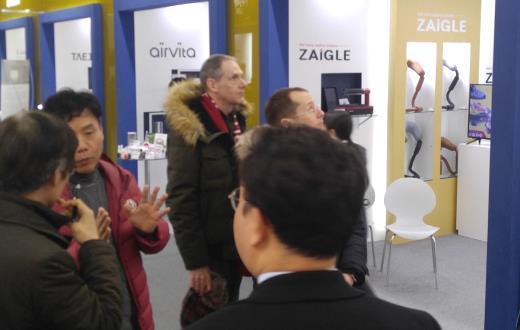 관람객들이 중소기업 명품관에 들러 제품을 둘러보고 있다./사진제공=중소기업유통센터