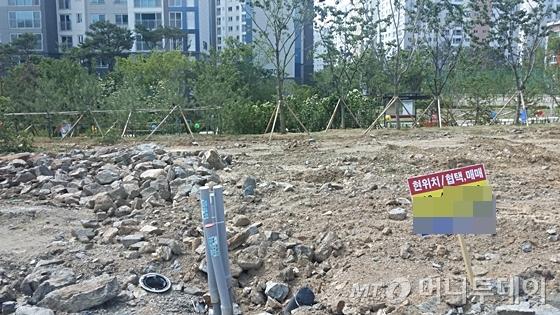 위례신도시 내 단독주택용지에 매매 알림판이 박혀 있다. /사진=신현우 기자