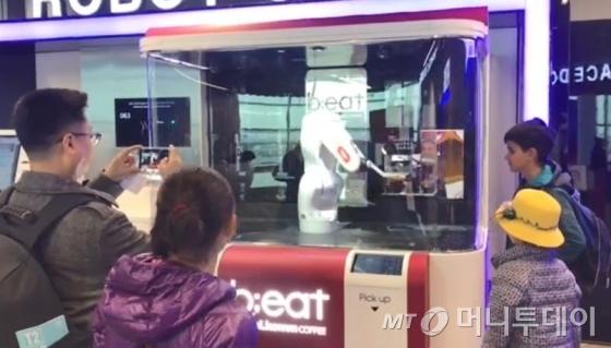 인천공항 제2여객터미널에 설치된 달콤커피의 로봇카페 '비트'