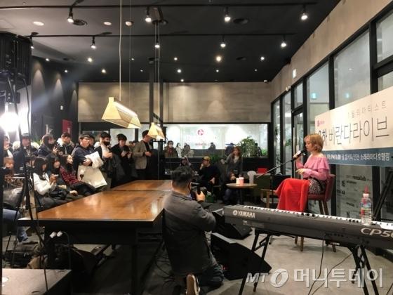 1월 26일 달콤커피 인천소래라마다호텔점에서 열린 가수 윤하의 베란다 라이브 공연