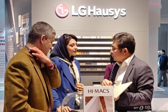 12일 '2018 이란 우드엑스포'에서 LG하우시스 직원이 전시장을 찾은 방문객에게 인조대리석 제품을 설명하고 있다./사진제공=LG하우시스