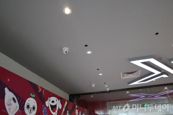 중국 베이징 징둥 본사 1층에 위치한 무인점포 징둥 'X무인슈퍼'의 천장에 카메라들이 설치돼 있다./사진=진상현 베이징 특파원
