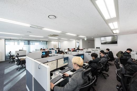 서울 대치동 삼성역 인근으로 확장 이전한 빗썸 고객 상담센터에서 상담원들이 근무를 하고 있다./사진제공=빗썸