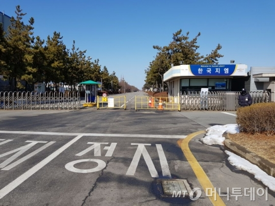 13일 폐쇄 결정 발표가 난 한국GM 군산공장 정문 모습. 이미 가동중단 상태여서 썰렁한 분위기다./사진=장시복 기자(군산)