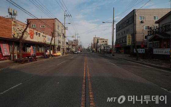 현대중공업에 이어 한국GM 폐쇄로 점심시간에도 인적이 드문 군산 오식도동 식당가 자료사진/사진=이동훈 기자(군산)