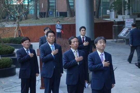 2015년 3월 30일 오전 열린 연합뉴스 국기게양식 행사에서 태극기에 대해 경례하고 있는 박노황 사장(오른쪽 끝) 등 당시 주요 임원진/사진제공=기자협회보