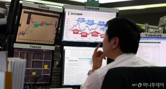 16일 오전 서울 중구 KEB하나은행 딜링룸에서 딜러가 환율 동향을 살펴보고 있다. 2018.01.16./사진=뉴시스