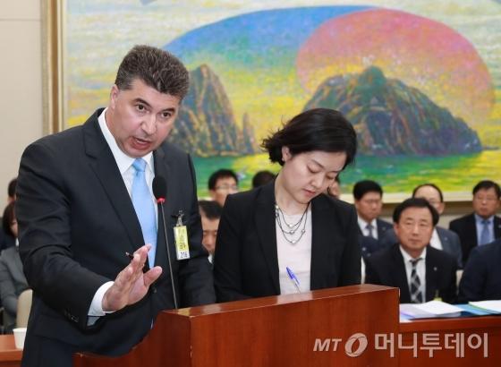카허 카젬 한국지엠(GM) 사장이 지난해 10월 23일 오후 서울 여의도 국회에서 열린 정무위원회의 한국산업은행·중소기업은행에 대한 국정감사에 출석해 바른정당 지상욱 의원의 질의에 답하고 있다. /사진=이동훈 기자