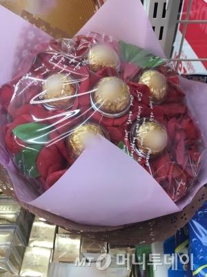 서울시내 한 편의점에 진열된 초콜릿 꽃다발./사진=남형도 기자