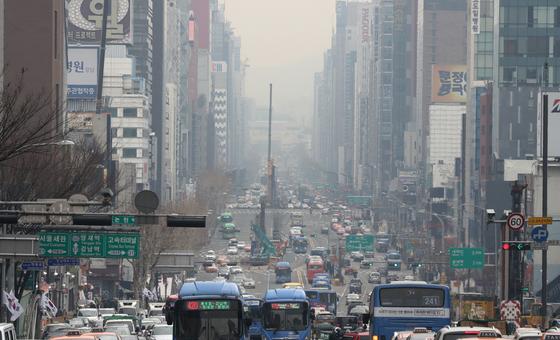 서울을 포함한 수도권과 강원 평창, 대구·경북 등 일부 지역에서 초미세먼지 농도가 '나쁨'을 보인 9일 오후 서울 강남대로 일대가 뿌옇게 보이고 있다/사진=뉴스1