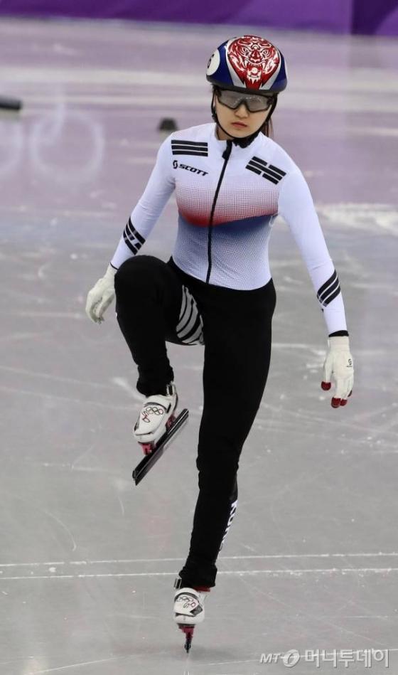 한국 쇼트트랙 대표팀 최민정이 13일 강원도 강릉 아이스아레나에서 열린 2018 평창동계올림픽 여자 쇼트트랙 500m 경기에 앞서 스트레칭을 하고 있다. /평창=김창현 기자