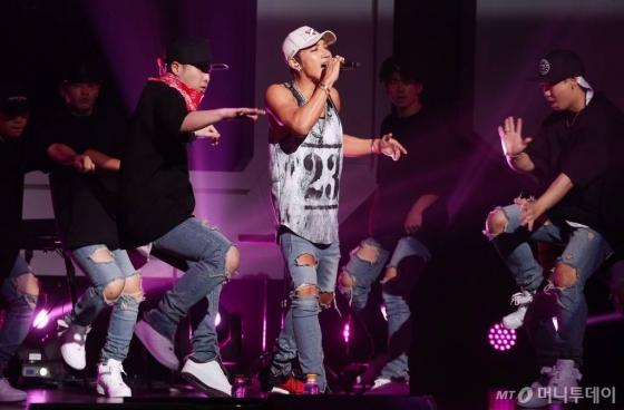 8일 오후 서울 광진구 광장동 예스24 라이브홀에서 2PM 준케이(JUN.K) 첫 솔로 미니앨범 'Mr. NO♡' 쇼케이스가 진행되고 있다.<br><br>이번 앨범엔 타이틀 곡 'Think About You'를 비롯 'Mr. NO♡' '파도타기' 'BETTER MAN' 'YOUNG FOREVER' 그리고 2PM 5집 타이틀 곡 '우리집'의 어쿠스틱 버전, 지난 2일 선공개 된 백아연과의 듀엣곡 '가지마' 등 총 8개의 넘버가 담겼다.