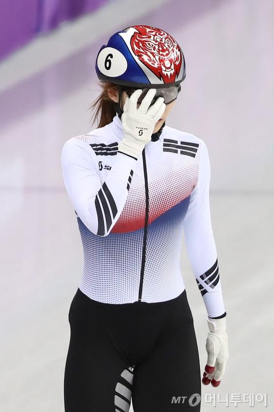 최민정이 13일 오후 강원도 강릉 아이스아레나에서 열린 2018 평창동계올림픽 쇼트트랙 스피드 스케이팅 여자 500m 결승 경기를 마치고 아쉬워하고 있다. 이날 최민정은 2위로 결승선을 통과했지만 실격으로 메달을 놓쳤다. /사진=뉴스1