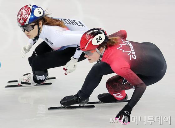 최민정(왼쪽)이 13일 강원도 강릉 아이스아레나에서 쇼트트랙 스피드 스케이팅 여자 500m 결승전에서 질주를 하고 있다. /강릉=뉴스1