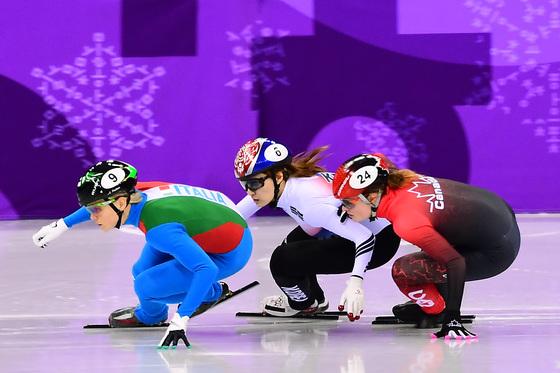 최민정이 13일 오후 강원도 강릉 아이스아레나에서 열린 2018 평창동계올림픽 쇼트트랙 스피드 스케이팅 여자 500m 결승 경기에서 킴부탱(캐나다)을 추월하고 있다. 이날 최민정은 2위로 결승선을 통과했지만 3위에서 2위로 올라설 때 왼팔로 킴부탱의 진로를 방해했다는 이유로 실격됐다/사진=뉴스1