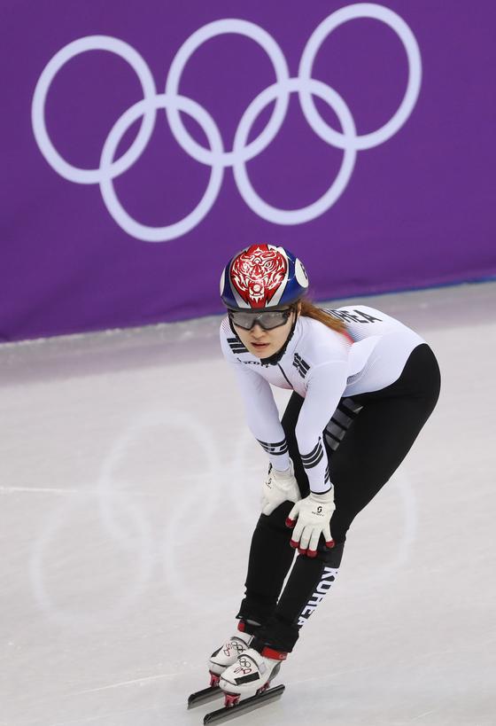 최민정이 13일 강원도 강릉 아이스아레나에서 열린 2018 평창 동계올림픽 쇼트트랙 여자 500m 경기에서 비디오 판독 결과를 기다리고 있다. 이날 최민정은 2위로 결승선을 통과했지만 실격으로 메달을 놓쳤다/사진=뉴스1