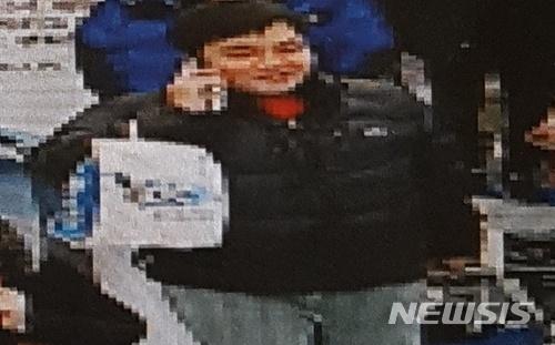 13일 제주 동부경찰서는 지난 10일 웃으며 김포공항을 빠져나가는 제주 게스트하우스 살인용의자 한정민(32)의 사진을 공개했다/사진=제주 동부경찰서 제공, 뉴시스<br />