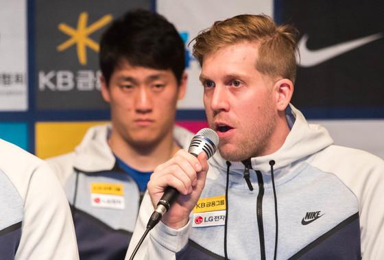 지난 22일 충북 진천 국가대표선수촌에서 열린 남자 아이스하키 대표팀 미디어데이에서 골리 맷 달튼(오른쪽)이 취재진의 질문에 답변하고 있다. /사진=뉴스1