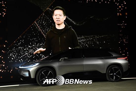 페러데이퓨처의 'FF91' 모델과 화면에 비친 자웨팅 CEO 모습. /AFPBBNews=뉴스1