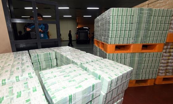 설 명절을 앞둔 지난 8일 서울 한국은행 강남본부에서 관계자들이 시중은행에 공급될 설 자금을 방출하고 있다./사진=머니투데이DB