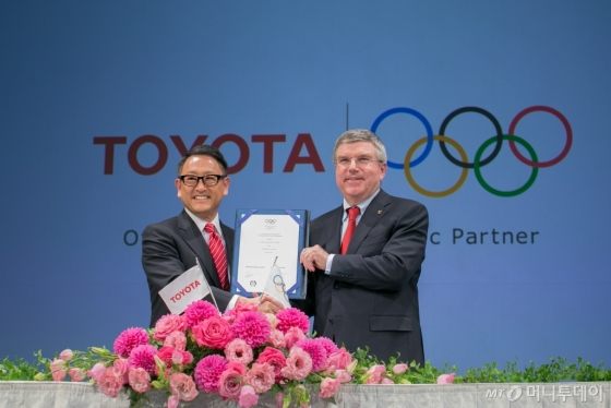 2013년 3월 '월드와이드 올림픽파트너' 계약을 맺은 도요타 아키오 토요타 사장과 토마스 바흐 IOC위원장의 모습/사진=토요타