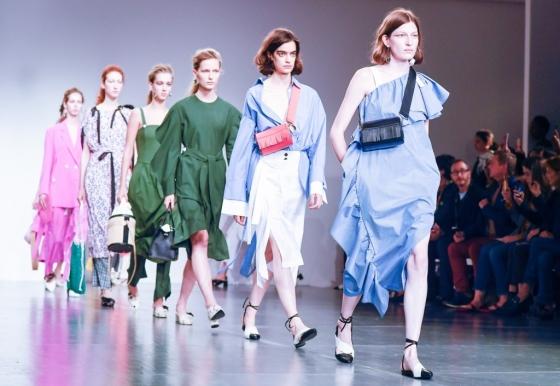 한섬의 잡화 브랜드 '덱케'가 지난해 9월 런던패션위크에서 쇼를 진행하고 있는 모습/사진제공=현대백화점그룹