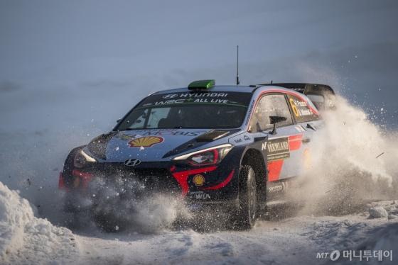 2018 WRC 2차 대회인 스웨덴 랠리에 참가해 경기를 펼치고 있는 현대차의 신형 i20 랠리카/사진제공=현대차