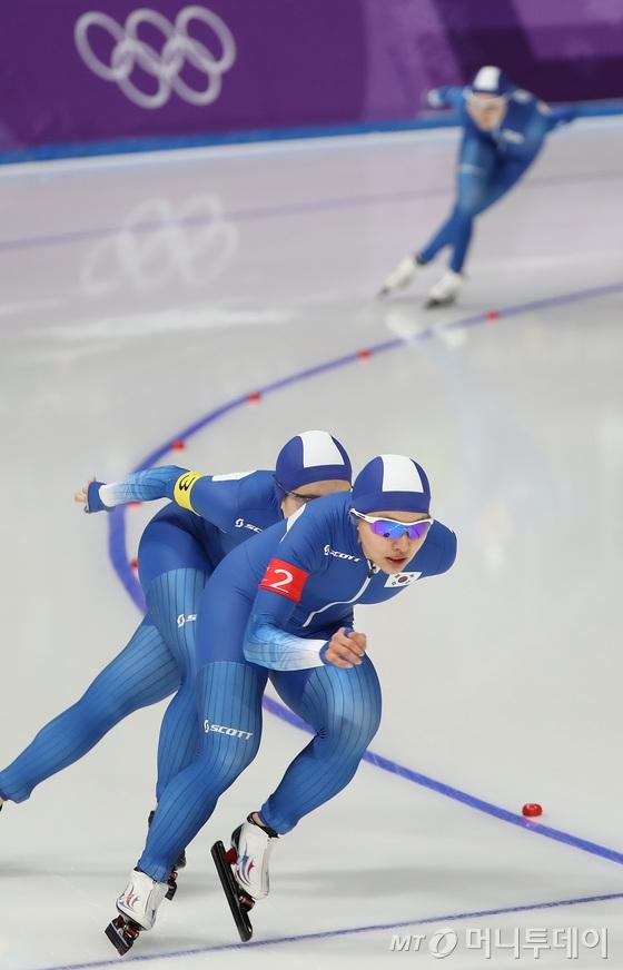 19일 여자 스피드스케이팅 팀추월에서 노선영이 4초 가량 뒤처지고 있다. /강릉=뉴스1