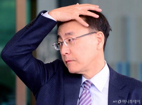 구속영장을 칠 거냐, 말 거냐. 두개골 빠개지게 고민했을 김수남 전 검찰총장.
