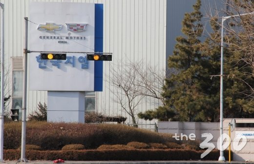 설 연휴 마지막날인 18일 한국GM 군산공장 정문. 한국GM은 지난 13일 군산공장 폐쇄를 결정했다. /사진=심재현 기자