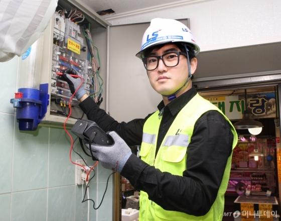 이현석 LS전선 주임연구원이 산본시장에서 전통시장 전기 안전점검 활동을 하고 있다./사진=LS전선