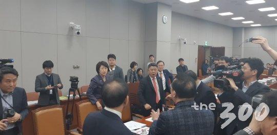 23일 운영위 정회 후 공방을 벌이는 여야 의원들 모습. /사진=이건희 기자