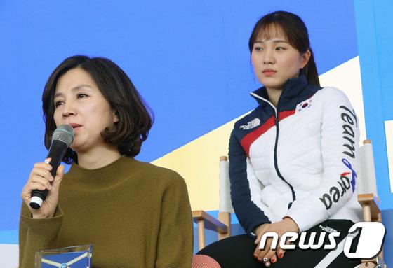 [사진]취재진 질문에 답변하는 박승희 어머니