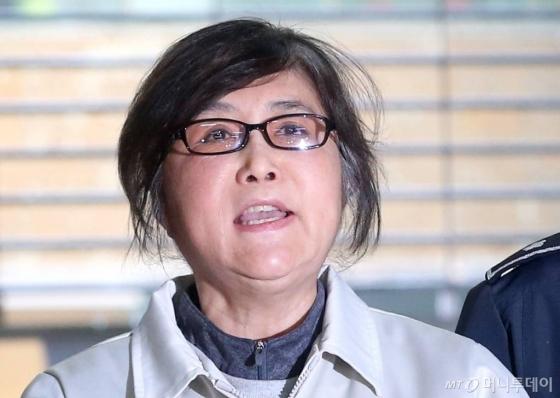 박근혜 전 대통령보다 먼저 구속돼 재판을 받고 있던 '대통령의 40년지기 친구' 최순실. 어느 날 특검 사무실로 조사를 받으러 가던 최순실이 '억울하다'며 소리를 치자 한 시민이 '염병하네'라 받아쳐 화제가 되기도 했다.
