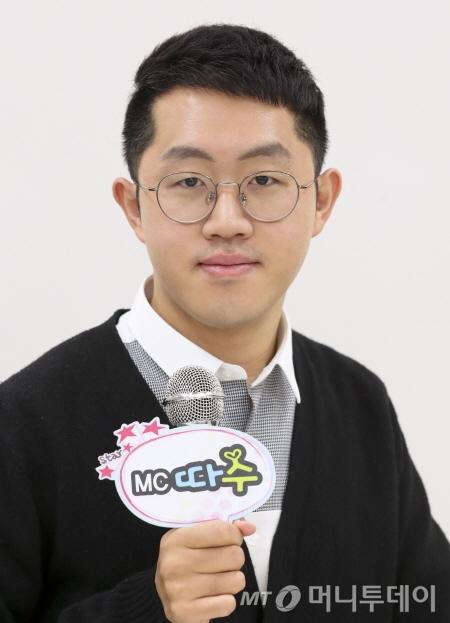보건복지부의 페이스북 라이브방송을 진행하고 있는 'MC따수' 엄현철씨 /사진제공=보건복지부