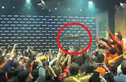 21일 네덜란드 빙속 대표팀이 하이네켄 하우스 파티에 참석해 무거운 상패를 관중에게 던지고 있다. /사진=유튜브 캡쳐