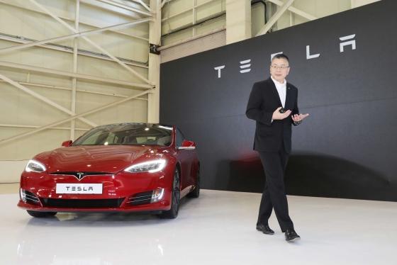 로빈 렌 테슬라 아시아태평양 총괄부사장이 26일 경기 김포시 한국타임즈항공에서 열린 '테슬라 모델 S P100D 출시 간담회'에서 신차를 소개하고 있다./사진제공=테슬라코리아