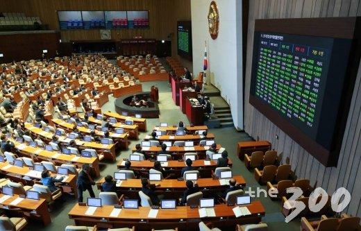 28일 오후 서울 여의도 국회에서 열린 본회의에서 근로기준법 일부개정법률안(대안)에 대한 투표가 진행되고 있다. 이 법안은 재석 194인 중 찬성 151인, 반대 11인, 기권 32인으로 통과됐다. /사진=이동훈 기자