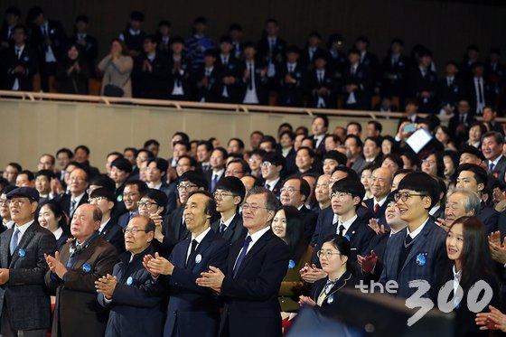 문재인 대통령이 28일 대구 중구 콘서트하우스에서 열린 2.28 민주운동 기념식에서 박수치고 있다. (청와대 제공) 2018.2.28/뉴스1  <저작권자 © 뉴스1코리아, 무단전재 및 재배포 금지>