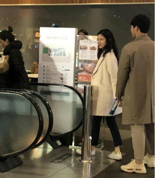 4일 서울시내 한 백화점에서 장예원 아나운서와 윤성빈 선수가 목격됐다. /사진=온라인커뮤니티
